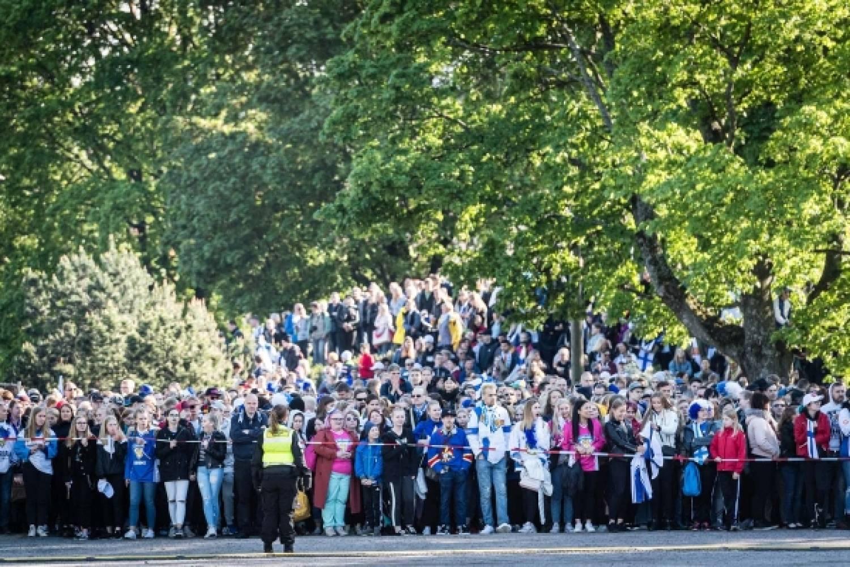 Kansanjuhla käynnistyi kilpajuoksulla parhaille paikoille – Tässä kolmen minuutin videokertaus tunnelmista Kaisaniemessä