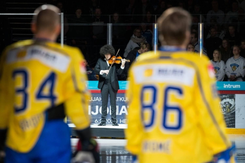 Nuori huippuviulisti Emil Hartikainen soitti Suomi-Ruotsi -maaottelun käyntiin