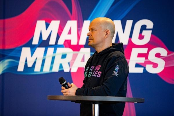 """Vuonna 2022 järjestettävien kotikisojen kisailmeen suunnittelussa mukana ollut Marko Salonen: """"Kisojen slogan kuvaa hyvin Suomen edellistä maailmanmestaruutta ja toivottavasti inspiroi myös tulevia mestaruuksia"""""""