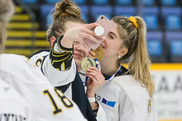 Lisää kuvia Naisten Liigan mestaruusjuhlista – Näin Kiekko-Espoon pelaajat juhlivat Suomen mestaruutta