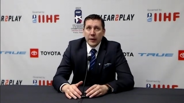 Pikkuleijonat pronssiotteluun – Katso Petri Karjalaisen haastattelu IIHF:n mediatilaisuudessa
