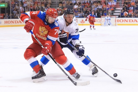 Alexei Emelin ja Leo Komarov taistelivat kiekosta. Kuva: Vaughn Ridley/World Cup of Hockey via Getty Images
